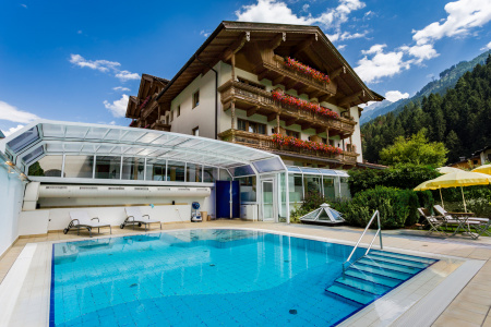 Swimming pool at Gutshof Zillertal Hotell (photo)